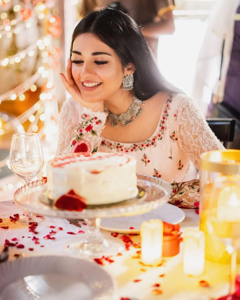 Sarah Khan's Latest Eye Catching Pictures With Husband