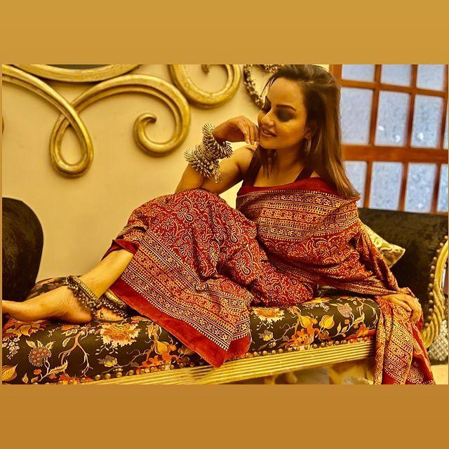 Juvaria Abbasi's Bold Saree Caused Fierce Criticism