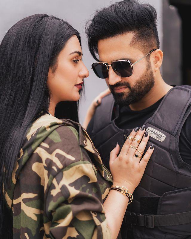 """Falak Shabbir's Latest Song """"Lagay Pyari"""" Starring Sarah Khan Out Now"""