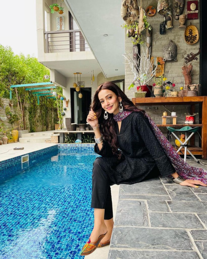 Zarnish Khan Appreciates The Singing Skills Of One Of Her Crew Member